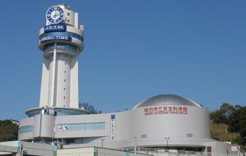 東経135度日本標準時子午線上に建つ通称「時と宇宙の博物館」とも呼ばれている明石市立天文科学館。