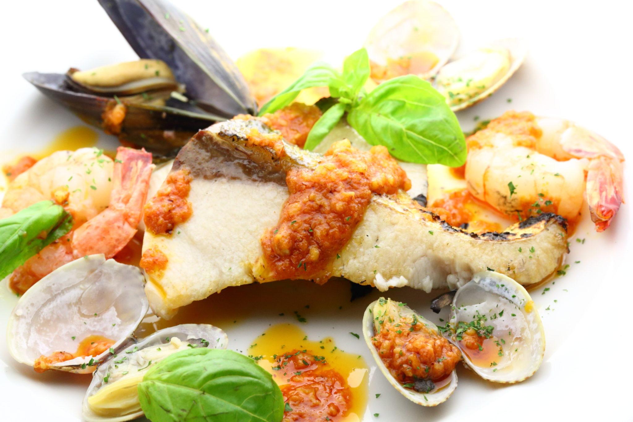 長崎県産ブリと数種魚介のオーブン焼き アーモンドが効いたロメスコソース 1200円(税込)